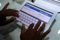 Un hombre camboyano probando una tableta iPad2.