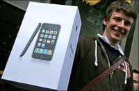 Comprador muestra su iPhone 3G recién comprado