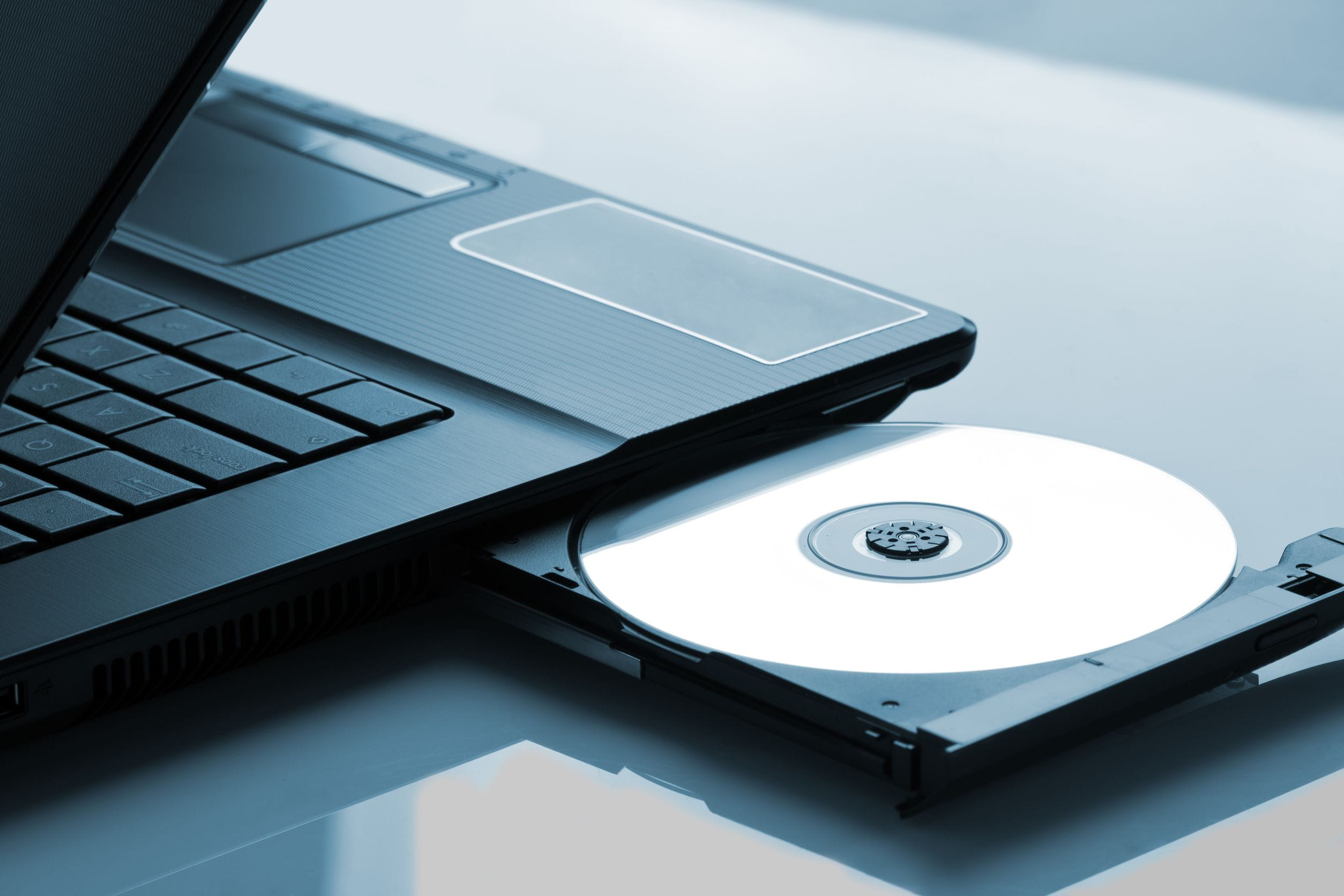 Cómo sacar un CD/DVD cuando el lector está atascado - CCM