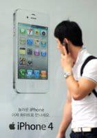 Un hombre surcoreano camina junto a un cartel publicitario de iPhone en Seúl, este miércoles