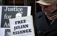 Un manifestante pide la liberación de Julian Assange, fundador del portal de internet WikiLeaks