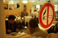 Una señal de prohibido fumar colocada en un restaurante alemán.