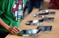 Un cliente mira un iPad en una nueva tienda de Apple en Estrasburgo, el 15 de septiembre