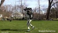 Un robot que corre y salta obstáculos