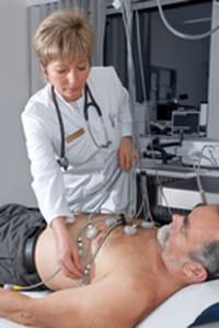 Despertar a los pacientes hospitalizados para revisar sus signos vitales podría hacer mayor daño