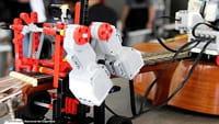 El robot colombiano que toca la guitarra