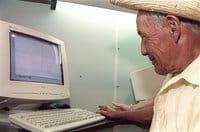 Un costarricense dibuja unas líneas en un ordenador