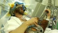 Tocó la guitarra y tuiteó mientras le abrían la cabeza