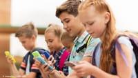 Francia prohíbe el móvil en los colegios