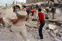 Unos socorristas y voluntarios mexicanos trabajan durante el terremoto de 1985
