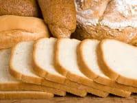 Consumir más de seis rodajas de pan blanco al día aumenta el riesgo de obesidad en un 40%